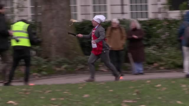 vídeos de stock e filmes b-roll de footage from the 21st rehab parliamentary pancake race from victoria tower gardens, as the media team take home the victory. includes quotes with itv... - alastair stewart