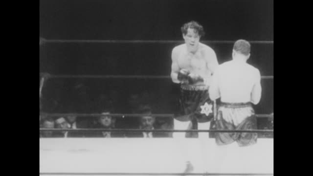 footage from the bout fought by max baer vs lou nova at yankee stadium, new york on june 1st 1939. nova beat baer by tko in round 11 of 12. this... - pesi massimi video stock e b–roll