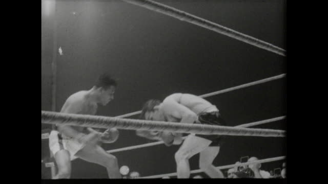 footage from the sugar ray robinson vs carmen basilio middleweight world championship title fight in chicago stadium chicago on march 25th 1958... - ボクシングリング点の映像素材/bロール