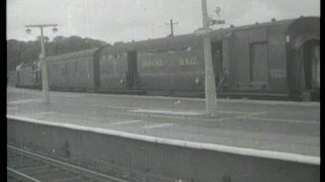 footage gvs train in sidings following robbery fs091168065 - 1968 b/w footage reynolds leaving court - ロイヤルメール点の映像素材/bロール