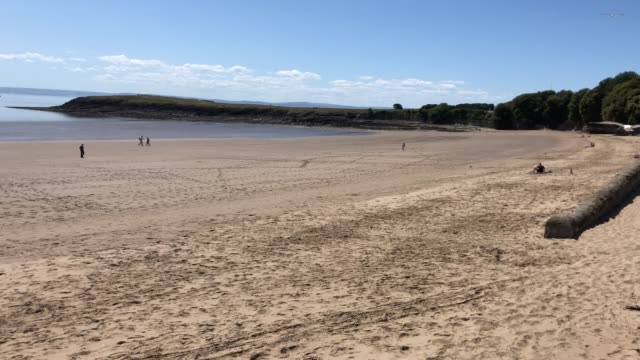 footage of a beach in barry, south wales which is almost deserted due to welsh lockdown laws. - ウェールズ文化点の映像素材/bロール