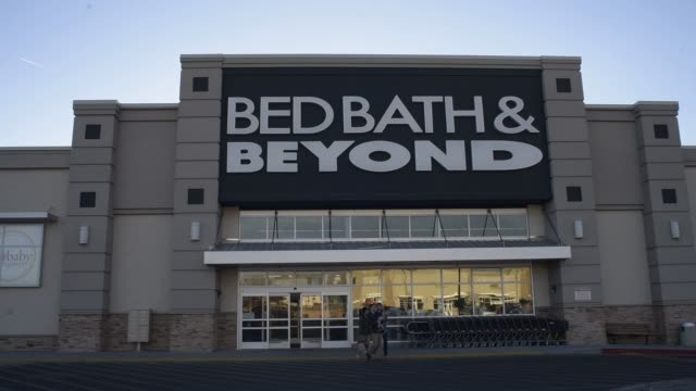 footage of a bed, bath & beyond inc store in albuquerque, new mexico, us, on monday, april 4, 2016 shots: wide pan right of entrance to bed, bath &... - catena di negozi video stock e b–roll