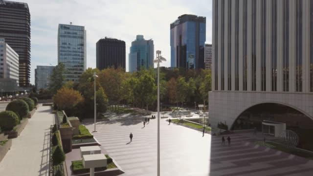 vídeos y material grabado en eventos de stock de imágenes 4k de un distrito de negocios con edificios de oficinas en madrid, españa - madrid
