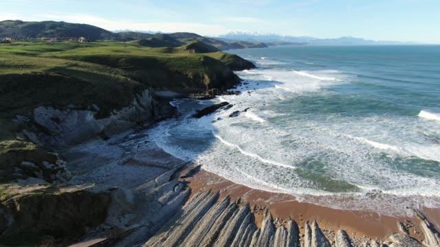 vídeos y material grabado en eventos de stock de imágenes 4k de un paisaje costero en cantabria, españa - belleza de la naturaleza