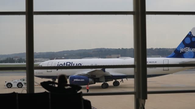 footage of a jetblue aircraft backing up readying for a flight viewed from inside at ronald reagan national airport in washington, d.c., u.s., on... - flughafen washington ronald reagan national stock-videos und b-roll-filmmaterial
