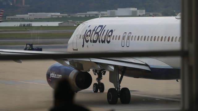vidéos et rushes de footage of a jetblue aircraft idling in the terminal viewed from inside at ronald reagan national airport in washington dc us on friday sept 22 2017... - aéroport ronald reagan