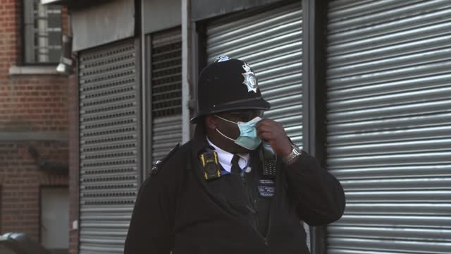 footage of a large police presence outside king edward vii's hospital in london where the duke of edinburgh is recovering from heart surgery. - 王室点の映像素材/bロール