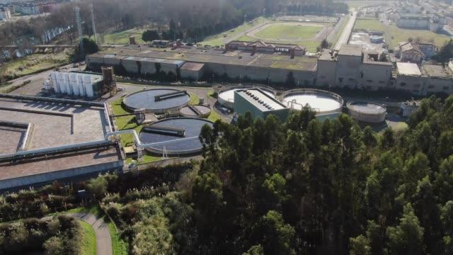 vídeos y material grabado en eventos de stock de imágenes 4k de una gran planta de tratamiento de aguas residuales como se ve desde arriba - edificio industrial