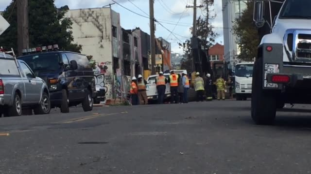 footage of a memorlal that was set up outside the warehouse where over 30 people were killed in oakland. - warehouse点の映像素材/bロール