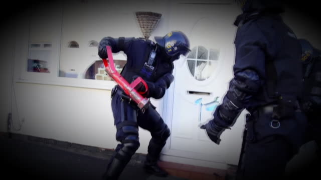 footage of a police drugs raid in the ongoing war against drugs suppliers and users nnpw337n - aggression bildbanksvideor och videomaterial från bakom kulisserna