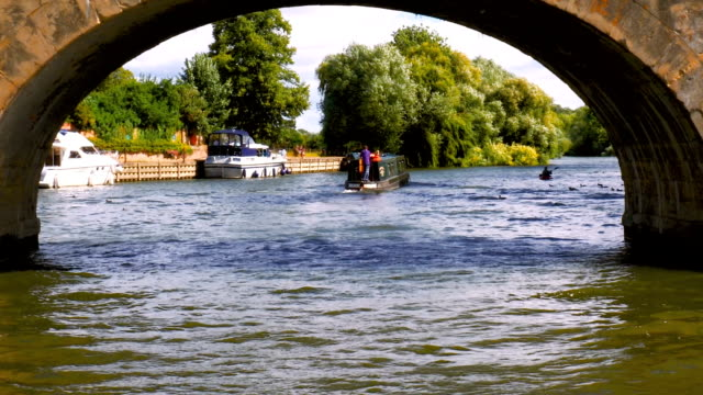 vidéos et rushes de pov footage of a river boat cruising down the river thames. - aller tranquillement