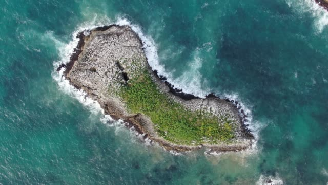 vídeos de stock e filmes b-roll de 4k footage of a small islet as seen from directly above - rocha