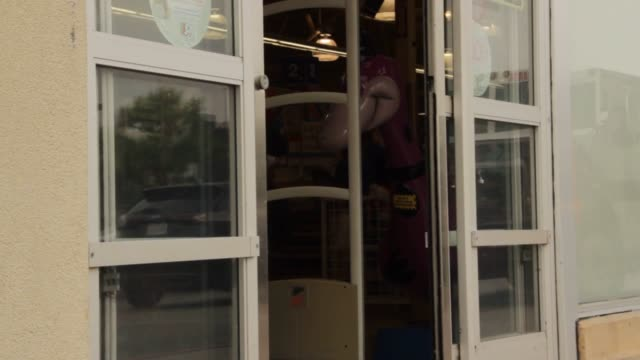Footage of a Toys R Us Store in Glendale