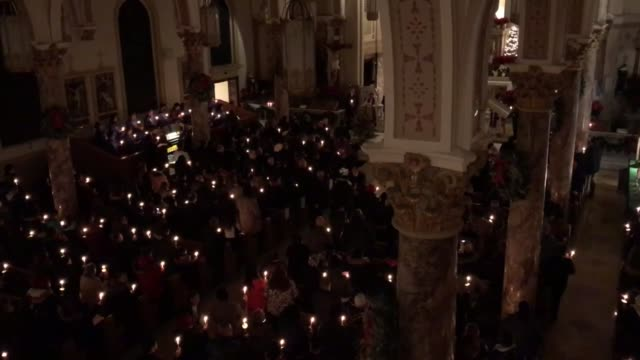 footage of a vigil that was held at our lady of mt carmel for victims of thursday's fatal fire in the bronx - 木曜日点の映像素材/bロール