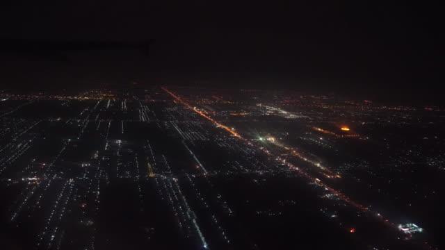 vídeos de stock e filmes b-roll de 4k footage of airplane flying over the city at night - acidente de avião