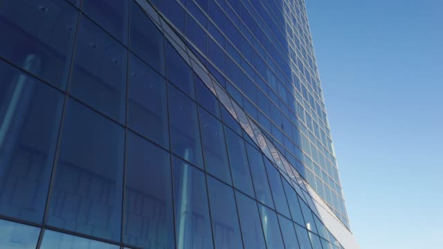 4k footage of an office building glass facade - inquadratura dal basso video stock e b–roll