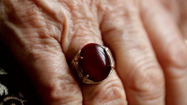 vídeos y material grabado en eventos de stock de vídeos de una antigua arrugado mujer las manos con un gran old anillo de dedo - vena humana