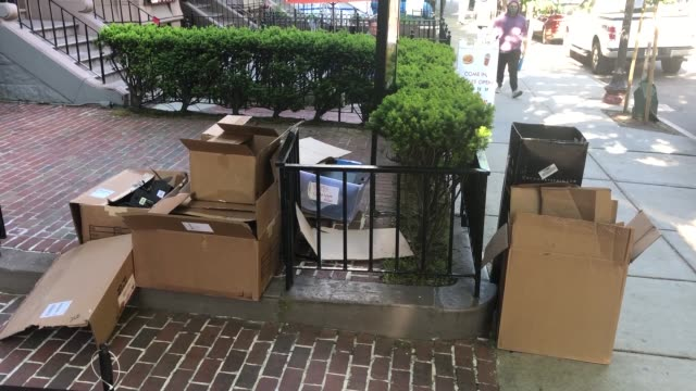 vidéos et rushes de footage of back bay businesses with smashed windows and cleanup following the riots on 5/31/20 - back bay