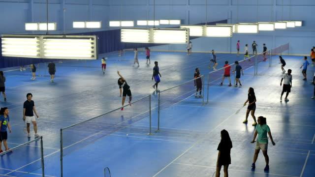 vídeos de stock, filmes e b-roll de filmagem de quadras de badminton com muitos jogadores - badmínton esporte