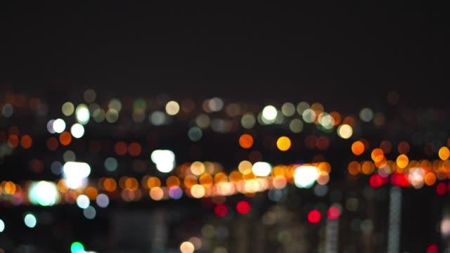上面からの道、車から夜時間ボケのトラフィックからぼやけ多重光の 4 k 映像 - ネオンサイン点の映像素材/bロール