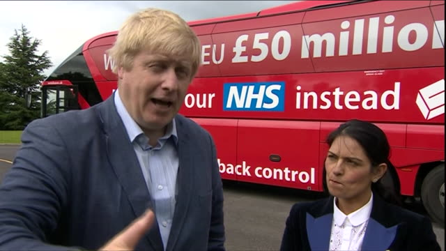vídeos de stock e filmes b-roll de footage of boris johnson getting off a bus and stepping on stage at a leave the the eu rally nnbu044e - comício político