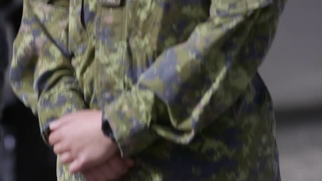 footage of captain megan couto of the 2nd battalion princess patricia's canadian light infantry the captain became the first ever woman to command... - kampf der geschlechter konzept stock-videos und b-roll-filmmaterial