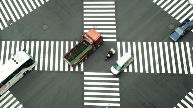 4K Aufnahmen von Auto drängen mit areial Blick Pedestrains Kreuzung Kreuz-Spaziergang Ginza Zebrastreifen Autoverkehr auf Tokyo City. Japan