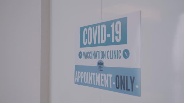 vídeos y material grabado en eventos de stock de imagen del cartel del centro de vacunación covid 19 - prevención de enfermedades