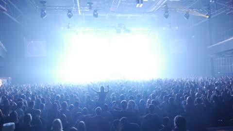 bilder på publiken och lasrar på nattklubb - musikfestival bildbanksvideor och videomaterial från bakom kulisserna