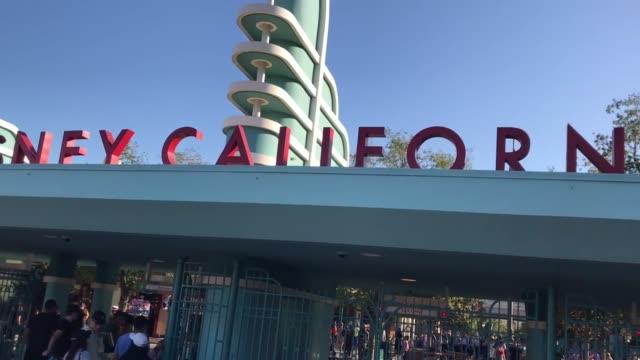 vídeos y material grabado en eventos de stock de footage of crowds at the entrance to disney's california adventure amusement park - disneyland california