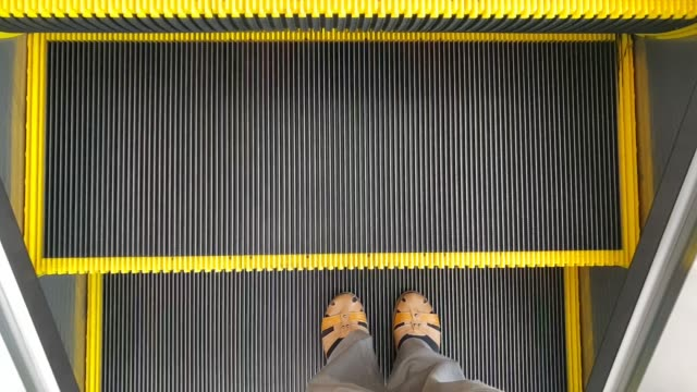 filmmaterial von female feet walking on the escalator - staircase stock-videos und b-roll-filmmaterial