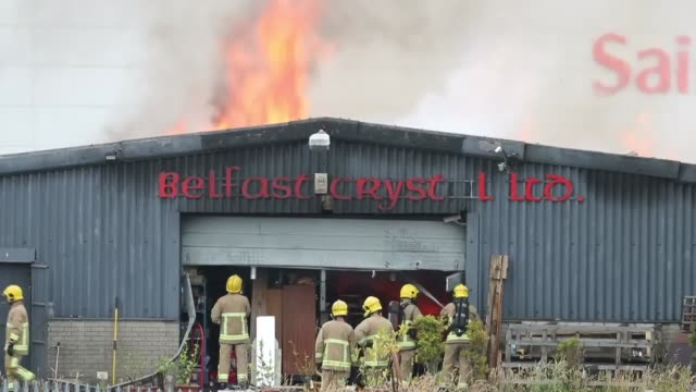 footage of firefighters tackling a fire at the kennedy way industrial estate in west belfast. - アルスター州点の映像素材/bロール