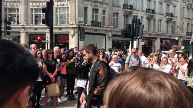stockvideo's en b-roll-footage met footage of former one direction star liam payne busking on oxford street london - jongensband