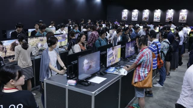 vídeos de stock, filmes e b-roll de footage of gaming booths and the final fantasy 15 booth at tokyo game show 2016 in tokyo, japan on september 16 shots: shot of intel booth viewed... - game show