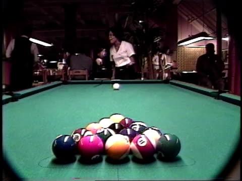 vídeos y material grabado en eventos de stock de footage of girl playing pool - salón de billares