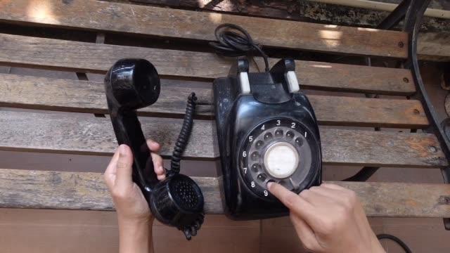 vídeos y material grabado en eventos de stock de imágenes de la mano usando y marcando el teléfono vintage - teléfono con cable