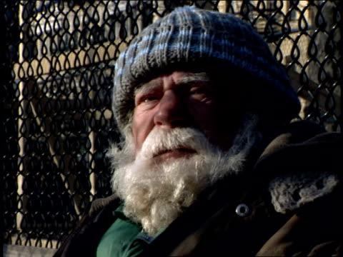 vídeos y material grabado en eventos de stock de footage of homeless man on sitting on bench in nyc - terrenos a construir