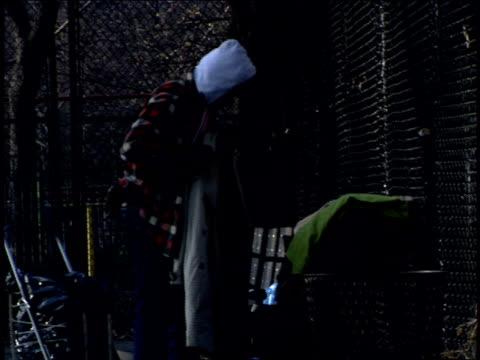 vídeos y material grabado en eventos de stock de footage of homeless men in nyc park - terrenos a construir