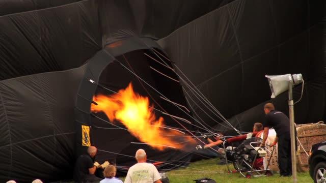 vídeos de stock, filmes e b-roll de footage of hot air balloons on display at the annual balloon fiesta and festival at ashton court bristol uk no - festa do balão de ar quente
