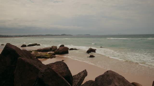 4k footage of kirra point beach, gold coast - noelia ramon stock videos & royalty-free footage