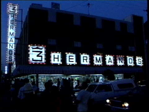 vídeos y material grabado en eventos de stock de footage of light up 3 hermanos sign and street at night - letrero de tienda