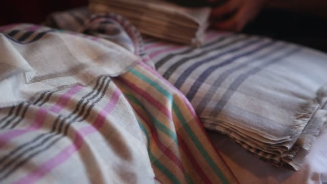 vídeos de stock e filmes b-roll de footage of looms being used to make pashmina related clothing at a home workshop in srinigar jammu and kashmir india on monday aug 24 2015 shots cu... - shawl