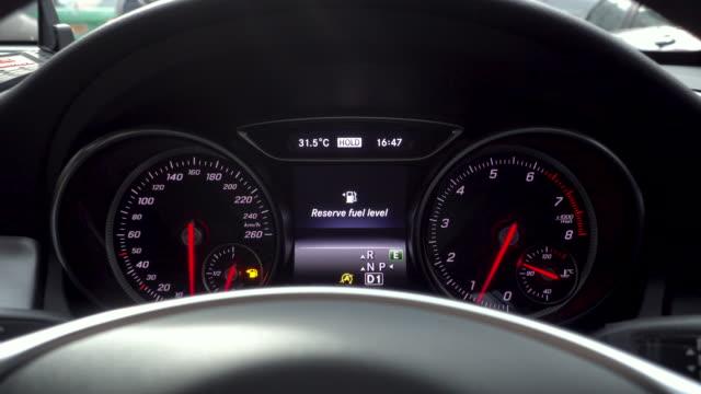 vídeos de stock, filmes e b-roll de filmagens de pouco combustível no carro - baixo posição