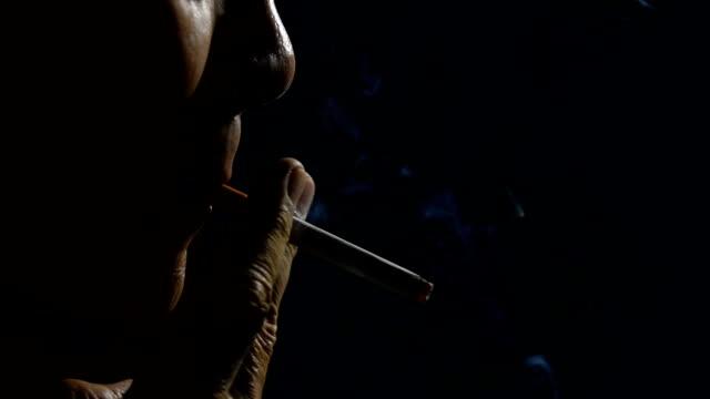 Imágenes de hombre fumando en fondo negro