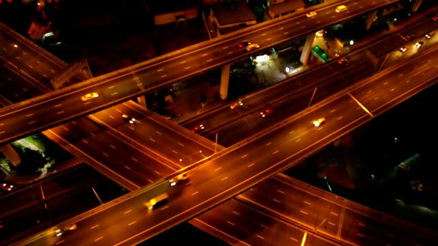 HD-Filmmaterial des massiven Expressway in der Nacht von Draufsicht, industrielle Verkehrskonzept