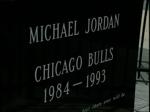 vidéos et rushes de footage of michael jordan statue and plaque - plaque rue