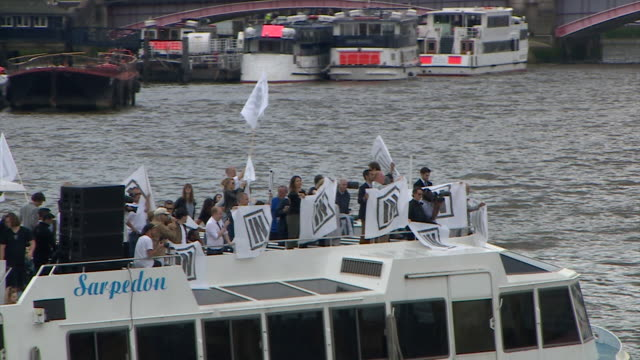 vídeos de stock, filmes e b-roll de footage of nigel farage and bob geldof's rival eu referendum flotillas clashing on the thames outside the houses of parliament nnbu054w - continuidade
