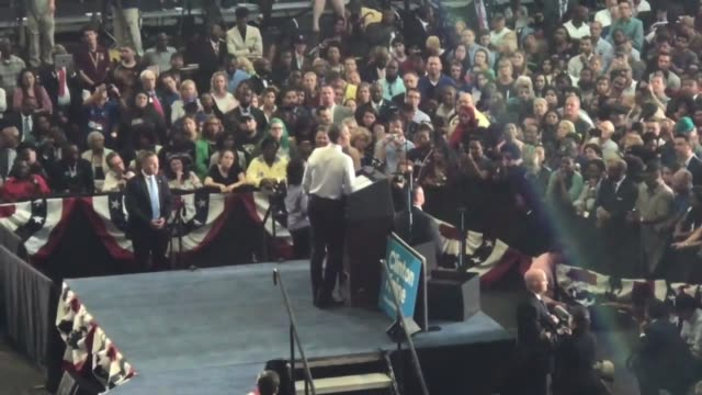 footage of obama's rally at unf for hillart clinton in jacksonville florida - 政治集会点の映像素材/bロール