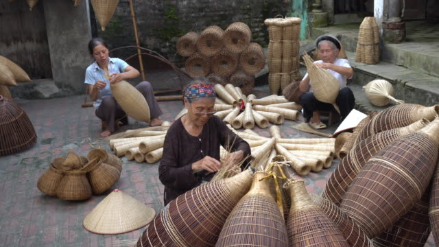 4k footage of old vietnamese female craftsman making the traditional bamboo fish trap or weave at the old traditional house in thu sy trade village - fisherman stock videos & royalty-free footage