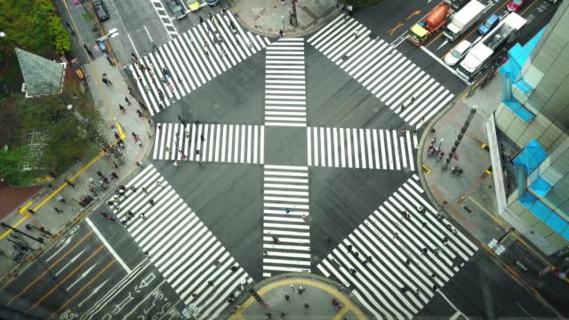 4 k areial ビュー pedestrains 交差点横断銀座横断自動車交通東京都と群衆の人と車の映像 - 横断する点の映像素材/bロール